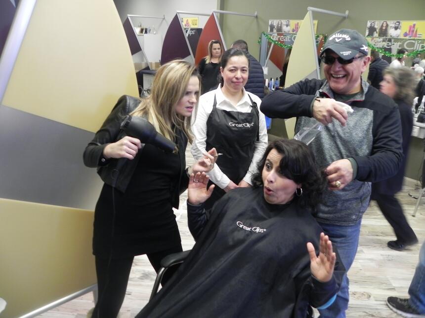 El nuevo proyecto de Renzo y Maria Esther es el corte de pelo...   DSCN7...