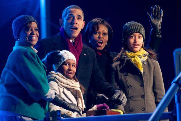 Obama estuvo acompañado de su esposa, Michelle, sus hijas Malia y...
