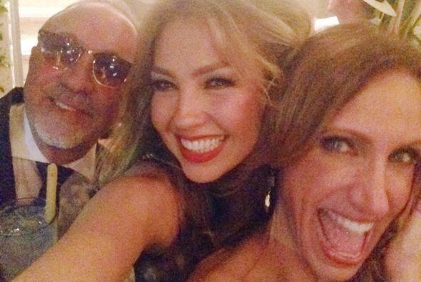 Thalía, Emilio Estefan y Lili se tomaron una fotografía.