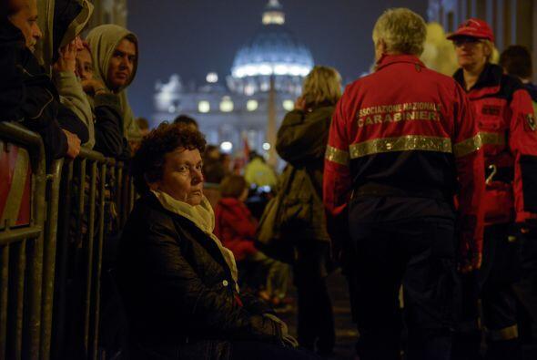 Al menos 1.800,000 personas asistieron a la Plaza de San Pedro. Los fiel...