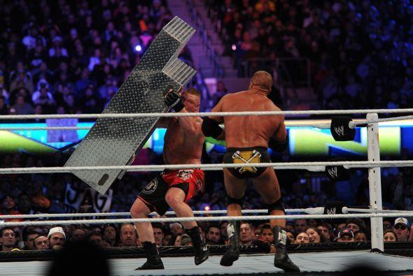 Lesnar golpeó reiteradamente a Triple H con sillas y hasta con las escal...