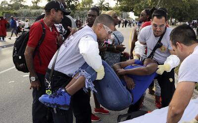 Paramédicos atienden a una de las personas heridas en la balacera...