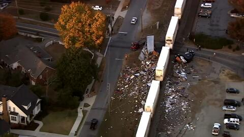 En video: un camión choca con un tren en Georgia tras quedar atascado en...