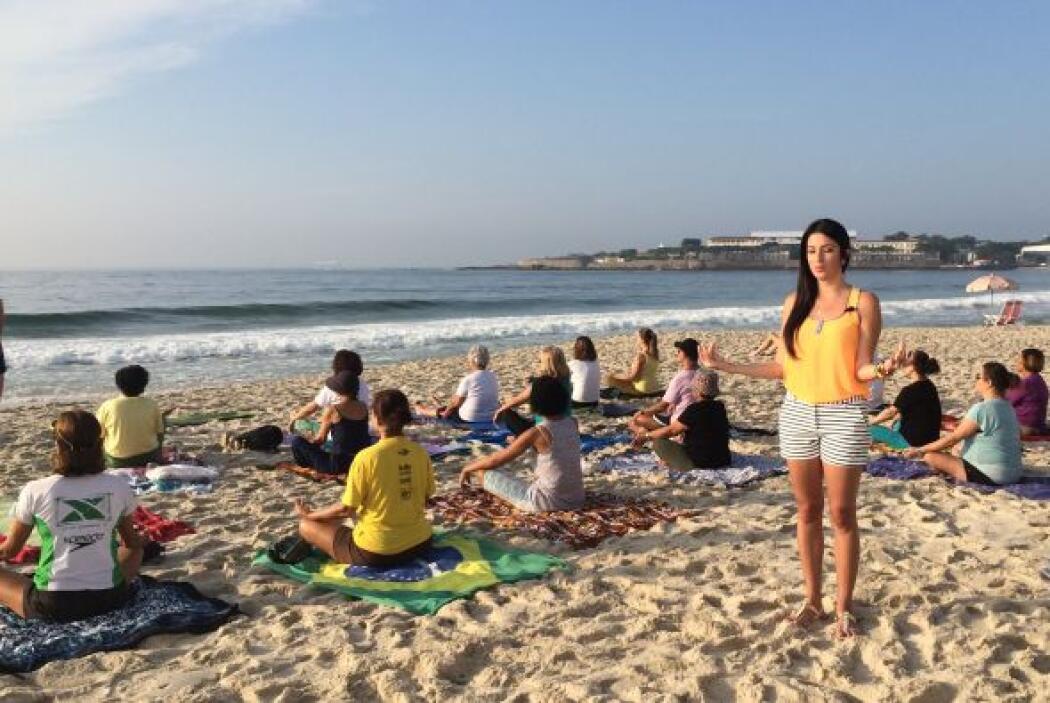 Por supuesto, clases de yoga en medio de la playa, para disfrutar del so...