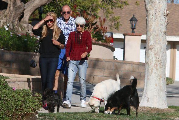 Encontramos a la comediante paseando a sus mascotas en compañía de sus p...