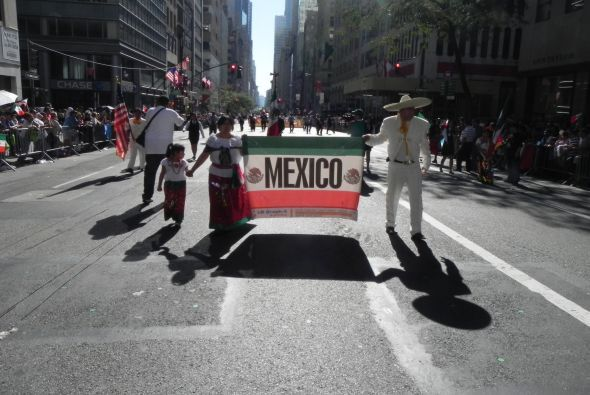 Familias hispanas desfilan por la 5ta Avenida 43086a1fb4b643eeafd175b502...