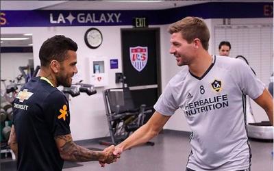 Dani Alves saluda a Steven Gerrard
