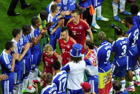 Pasillo de honor al Bayern para que reciba su medalla de sub campe&oacut...