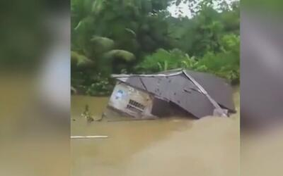 Río desbordado en Colombia deja a una casa como 'barco a la deriva'