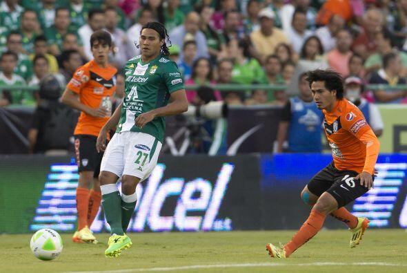 Jorge Hernández (7): En la media de contención intentó poner orden jugan...
