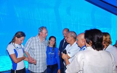 El expresidente cubano, Fidel Castro visitó el Acuario Nacional en La Ha...