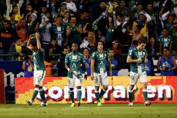 León pegó primero y el estadio explotó.