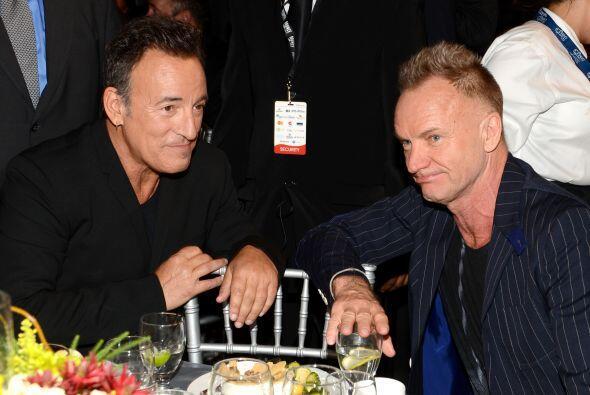 Y para que vean, los rockstars también chismean, ¿a quién estarían vibor...