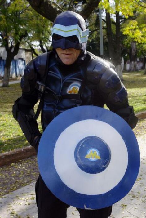 Un nuevo 'superhéroe' resguarda las calles de un barrio al sur de Buenos...