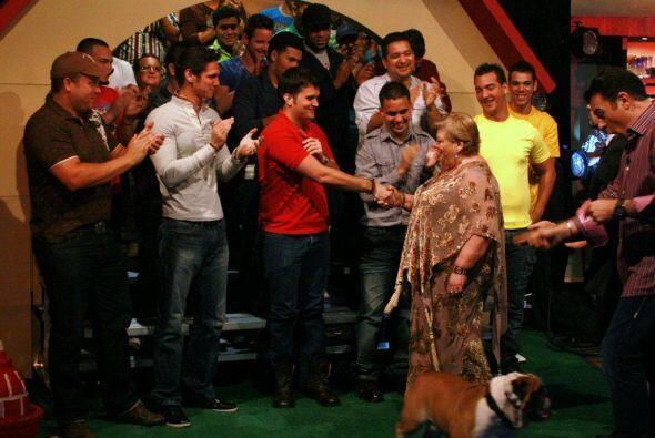Al final del programa Paquita saludó a la jauría.