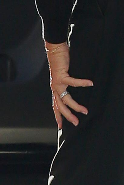 Y ahí nos mostró sus uñas un poco largas pero perfectamente manicuradas.