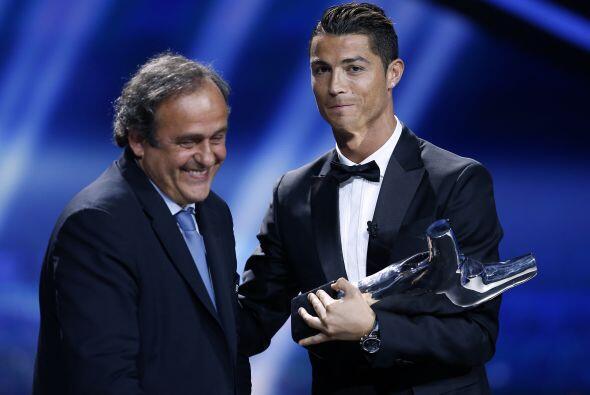 Michel Platini entregó el trofeo.