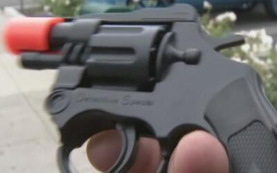 El peligro de las armas de juguete en manos de niños