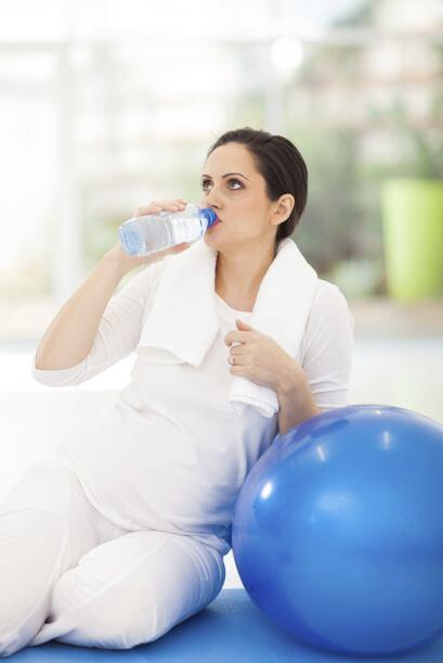 Siempre mantente hidratada antes, durante y después del ejercicio. La de...