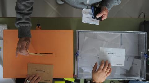 Un hombre vota para los dos órganos legislativos de España...