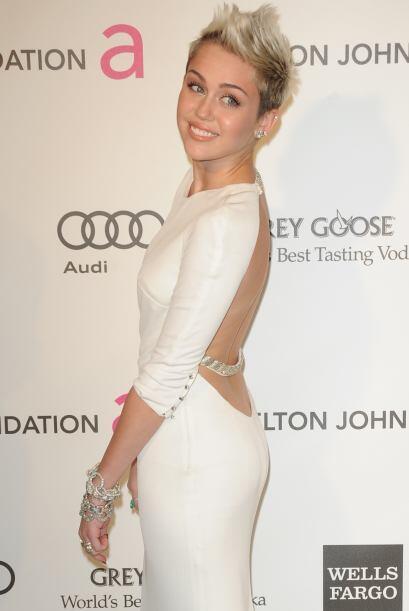 El escote es de las cosas que a Miley le gusta usar, y este de espalda c...