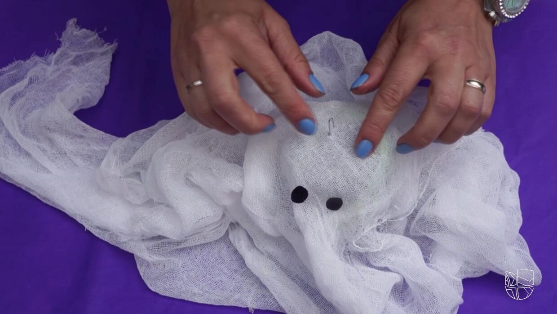 Crea unos lindos fantasmitas iluminados este Halloween