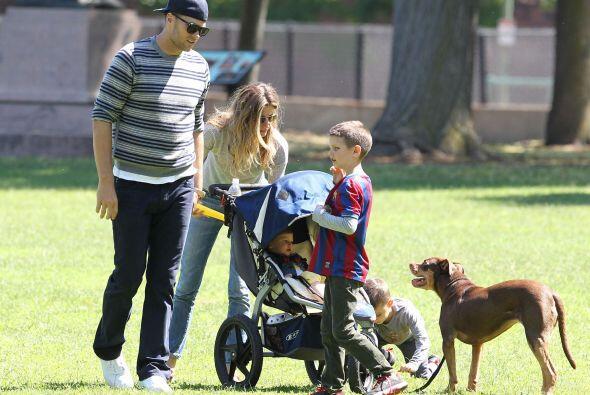 A Tom le encanta pasar su tiempo libre con sus tres hijos, disfruta juga...
