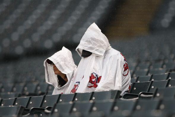 Los fans de los Indios de Cleveland aguantaron la torrencial lluvia con...