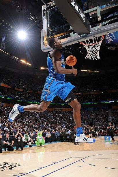 2008 - Dwight Howard de los Orlando Magic rebota la pelota de la parte t...