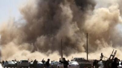 Fuerzas rebeldes huyen de las bombas de los aviones de Gadafi, en Ras La...