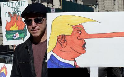Miles de personas protestan el Día del Presidente contra Trump