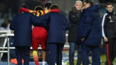 Neymar es retirado del campo con el pie vendado.