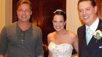 El famoso posó con los felices novios.