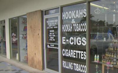 Hombre rompió con una patineta el vidrio de tienda de cigarrillos electr...