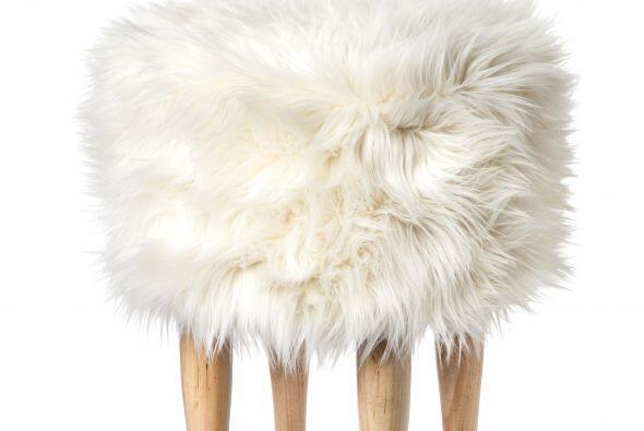 Luce muy minimalista y sofisticada con este taburete de fur en tu sala p...