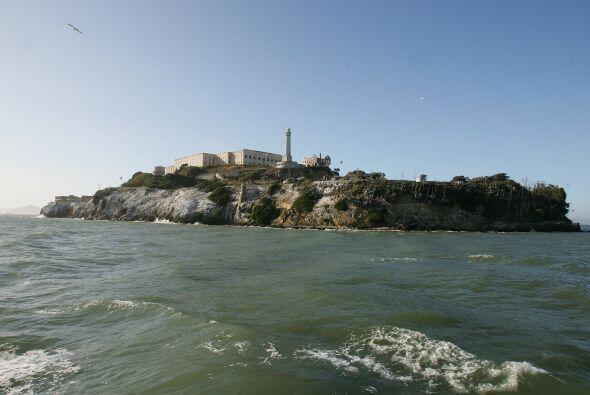 Es una isla situada en el centro de la Bahía de San Francisco en Califor...