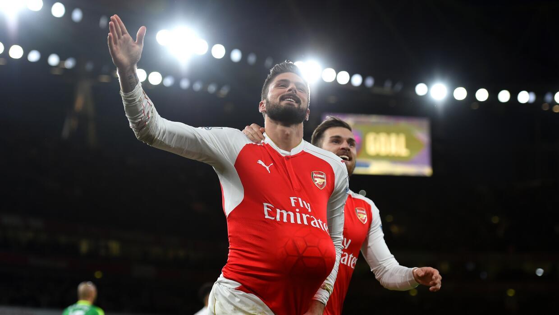 Olivier Giroud festeja con Ramsey