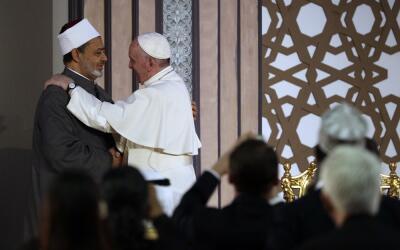 El papa Francisco (d), junto a Sheikh Ahmed el-Tayeb (i), gran im&aacute...