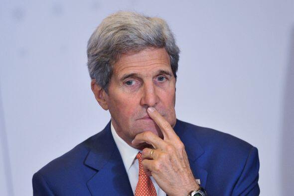 John Kerry, secretario de Estado de EEUU, acompaña al presidente Obama a...