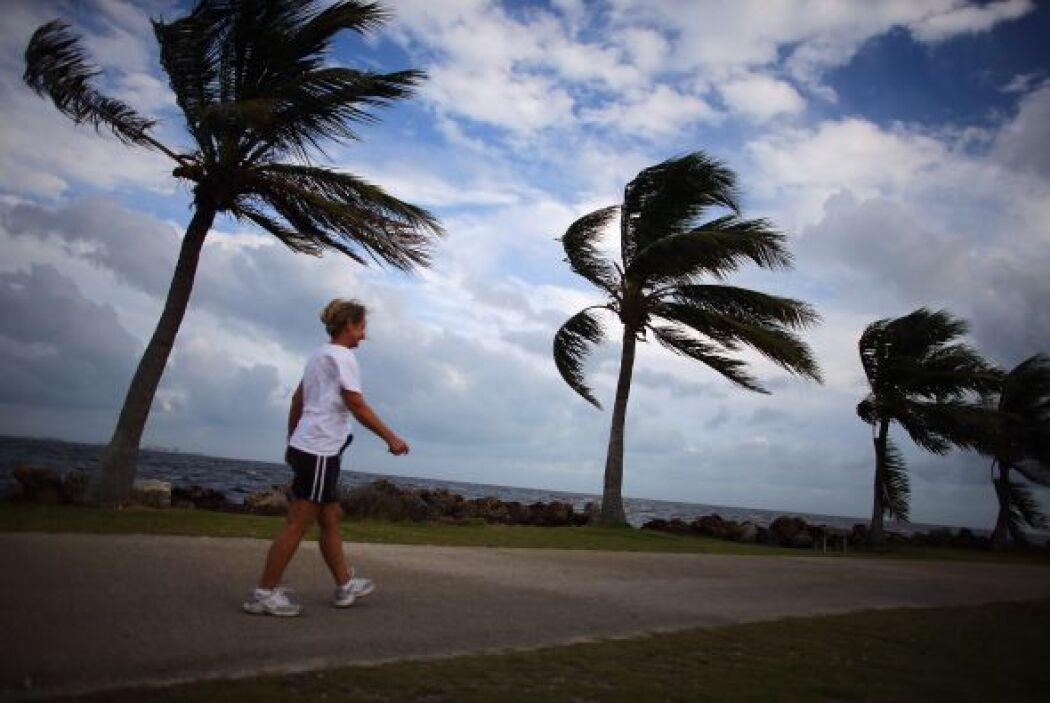 El huracán 'Sandy' ya clamó dos docenas de vidas en el Caribe y ahora se...