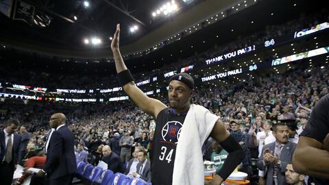 Paul Pierce, de los Clippers de Los Ángeles, agradece los aplauso...