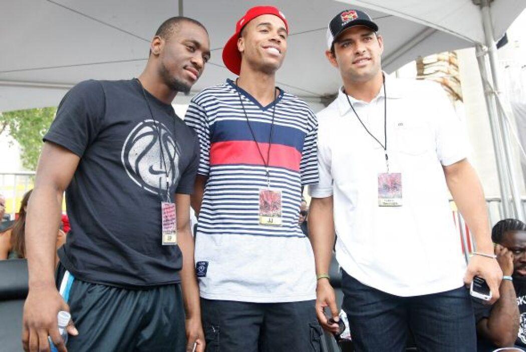 Kemba Walker, jugador colegial de baloncesto de U.Conn, y J.J. Jones, no...