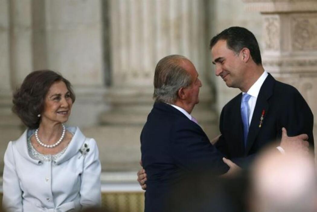 El Rey Juan Carlos besa al Príncipe de Asturias, Felipe de Borbón, junto...