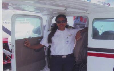Alas de mujer: la historia de la única piloto dominicana en vuelos comer...