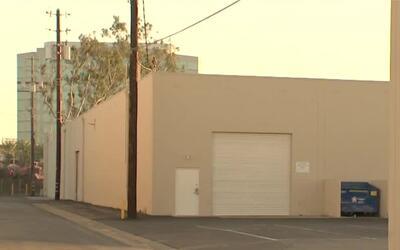 Encuentran el cuerpo de un hombre abandonado en una calle de Anaheim