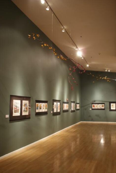 Estas conviven a lo largo de la exposición con el resto de las obras exp...