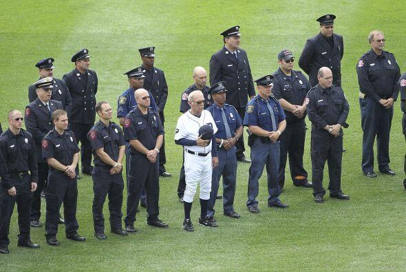 El manager de Detroit rindió un homenaje a policías y bomberos.