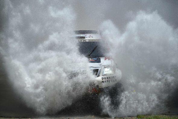 El francés Stéphane Peterhansel (Mini) ganó hoy la sexta etapa del Dakar...