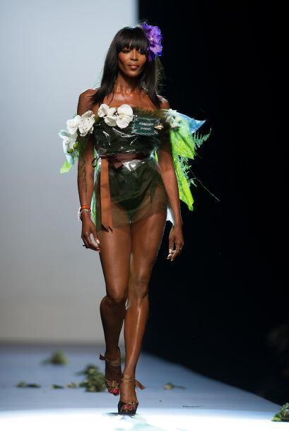 La modelo lució una sensual prenda, la cual estaba repleta de flores.