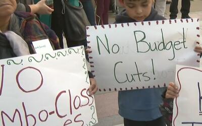 Protesta por recortes al presupuesto en escuelas de Oakland